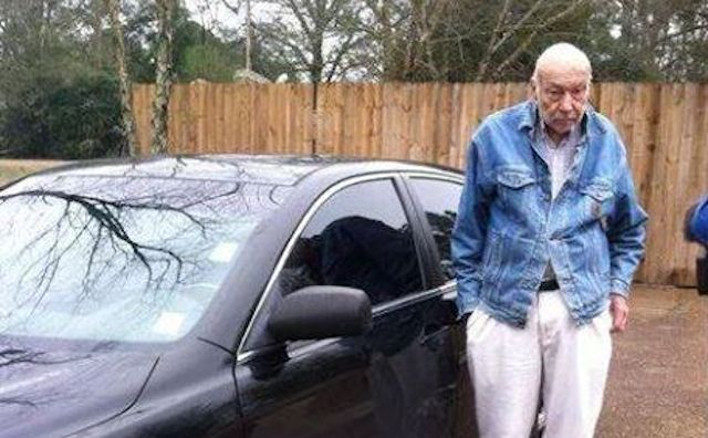 Photo of Town Rallies Behind Doctor, 88, Who May Lose License For Treating Poor Patients From His Car