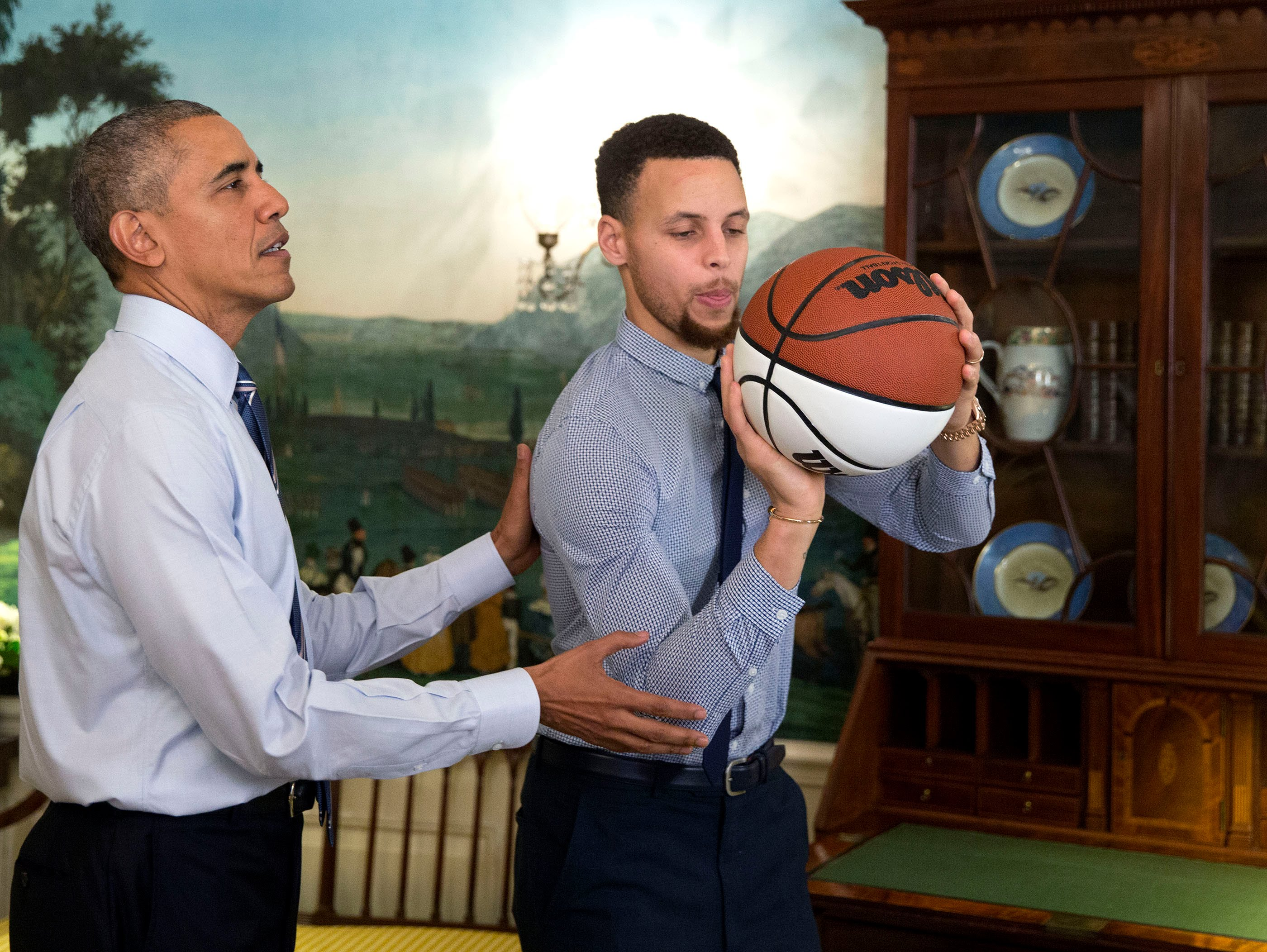 Photo of President Obama Shows Curry how to play basketball