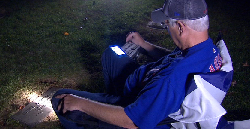 Photo of Cubs fan shares World Series with late father at Greenwood cemetery